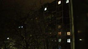 Lapso de tiempo del bloque de apartamentos de alta densidad en la noche almacen de metraje de vídeo