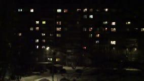 Lapso de tiempo del bloque de apartamentos de alta densidad en la noche almacen de video