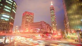 Lapso de tiempo del camino de Xinyi del tráfico y vista de Taipei en la noche, Taiwán