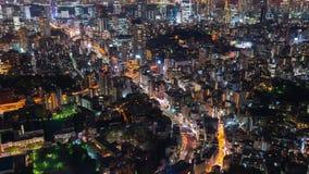 Lapso de tiempo del camino y de la ciudad metropolitanos en la noche, Tokio, Jap?n del empalme de la autopista almacen de metraje de vídeo