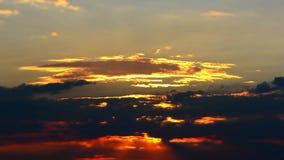 Lapso de tiempo del cielo ardiente en la posluminiscencia de la puesta del sol almacen de video