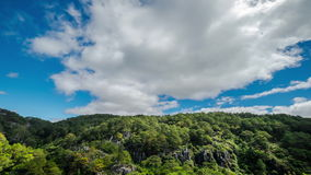 Lapso de tiempo del cielo azul con las nubes móviles filipinas