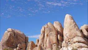 Lapso de tiempo del cielo azul de Rocky Boulders Sand Color And, Joshua Tree National Park almacen de metraje de vídeo