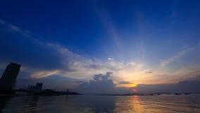 Lapso de tiempo del cielo de la puesta del sol en el mar con la silueta de la ciudad almacen de metraje de vídeo