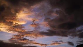 Lapso de tiempo del cielo de la tarde del lapso de tiempo del cielo de la tarde almacen de metraje de vídeo