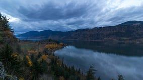 Lapso de tiempo del cielo a lo largo de la garganta del río Columbia en Hood River O de la caída en la hora azul almacen de video