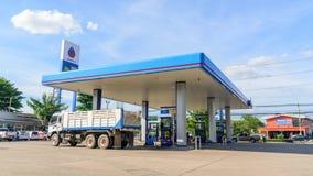 Lapso de tiempo del coche que viene reaprovisionar el aceite de combustible en la gasolinera del PTT almacen de video