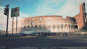 Lapso de tiempo del cuadrado apretado cerca del amphitheatre famoso de Colosseum o del coliseo en Roma, Italia almacen de video