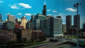 Lapso de tiempo del día del horizonte del oeste del paisaje urbano del lazo con el movimiento del tráfico en Chicago almacen de metraje de vídeo