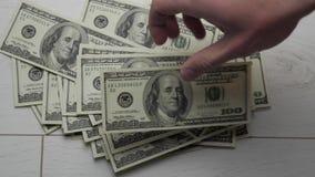 Lapso de tiempo del dinero de las cuentas del hombre Los dólares a disposición, dinero a disposición, cuentan el dinero almacen de metraje de vídeo