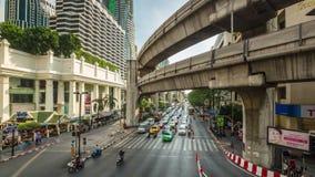 Lapso de tiempo del empalme de camino del tráfico del centro de ciudad del día soleado de Bangkok 4k Tailandia metrajes
