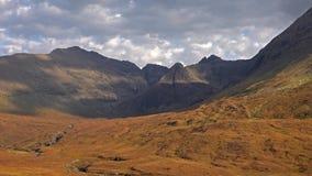 Lapso de tiempo del gaélico escocés asombroso de Cuillins: Un Cuilthionn o un Cuiltheann es una gama de montañas rocosas metrajes