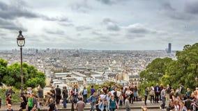 Lapso de tiempo del horizonte de París con caminar de la gente almacen de metraje de vídeo