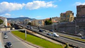 Lapso de tiempo del Inclinación-cambio del tráfico de la carretera en un puente metrajes