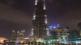 Lapso de tiempo del khalifa del burj de Dubai en la noche con la fuente musical Cacerola para arriba metrajes