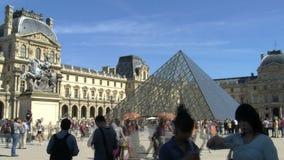 Lapso de tiempo del Louvre en un día soleado con la muchedumbre metrajes