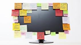 Lapso de tiempo del monitor con las notas de post-it Fotografía de archivo libre de regalías