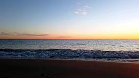 Lapso de tiempo del movimiento con el cielo de las ondas del mar y la orilla metrajes
