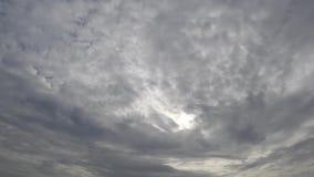 Lapso de tiempo del movimiento de las nubes con el sol almacen de metraje de vídeo