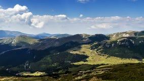 Lapso de tiempo del paisaje de las montañas de Rumania