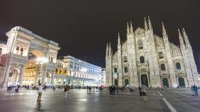 Lapso de tiempo del panorama 4k de la alameda del galleria del cuadrado de la catedral del duomo de la noche Milano Italia almacen de metraje de vídeo