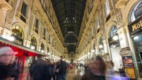 Lapso de tiempo del panorama 4k de la calle de las compras de Manuel del vittorio del galleria de la noche Milano Italia metrajes