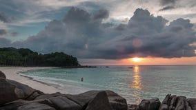 Lapso de tiempo del panorama 4k de la playa de la libertad de la tormenta de la puesta del sol de Phuket Tailandia almacen de video