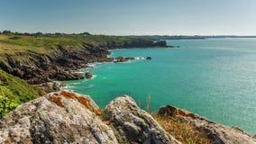 Lapso de tiempo del panorama 4k de las colinas de la bahía del día de verano Francia almacen de video