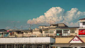 Lapso de tiempo del panorama 4k del bloque de la vida de la bahía del río de Bangkok de la puesta del sol Tailandia metrajes