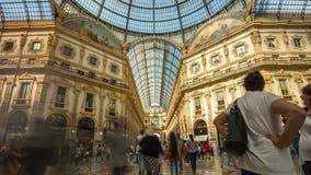 Lapso de tiempo del panorama 4k del centro de Manuel del vittorio del galleria de la luz del verano de Milán Italia almacen de metraje de vídeo