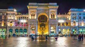 Lapso de tiempo del panorama 4k del frente de Manuel del vittorio de la galería de las compras de Milano de la noche Italia metrajes