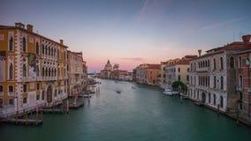 Lapso de tiempo del panorama 4k del saludo del della de Santa María del Gran Canal de Venecia Italia almacen de metraje de vídeo