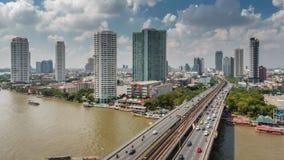 Lapso de tiempo del panorama 4k del tejado del tráfico del puente del río de Bangkok del día soleado Tailandia metrajes