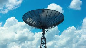 Lapso de tiempo del plato parabólico de la antena sobre el cielo nublado azul metrajes