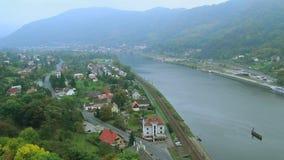Lapso de tiempo del pueblo, montañas del río, tráfico de coche, tren de ferrocarril metrajes