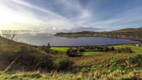 Lapso de tiempo del pueblo Uig con los hebrides externos en el fondo - isla del puerto de Skye, Escocia metrajes
