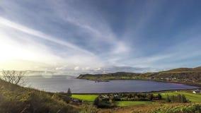 Lapso de tiempo del pueblo Uig con los hebrides externos en el fondo - isla del puerto de Skye, Escocia almacen de video