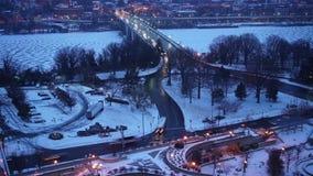 Lapso de tiempo del puente dominante en Washington DC en el amanecer del invierno metrajes