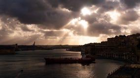 Lapso de tiempo del puerto y de la ciudad Movimiento excelente de nubes y del agua Nave amarrada a la orilla y a los edificios vi almacen de video