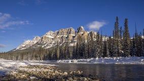 Lapso de tiempo del río del arco y de la montaña escénicos del castillo metrajes