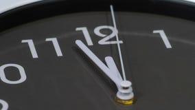 Lapso de tiempo del reloj que muestra al mediodía almacen de metraje de vídeo