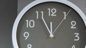 Lapso de tiempo del reloj que muestra al mediodía almacen de video