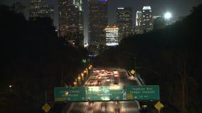 Lapso de tiempo del título del tráfico hacia la ciudad de Los Ángeles en la noche almacen de video