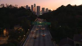 Lapso de tiempo del título del tráfico hacia la ciudad de Los Ángeles en la puesta del sol metrajes