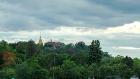 Lapso de tiempo del templo tailandés en la montaña almacen de metraje de vídeo