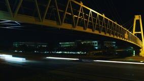 Lapso de tiempo del tráfico debajo del puente en la noche almacen de video