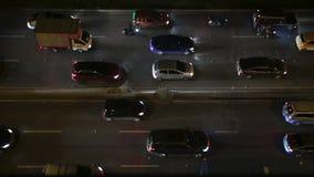 Lapso de tiempo del tráfico en Bogotá, Colombia, coches que se mueven, comenzando y parando en la carretera en la noche, tiro des