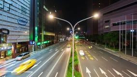 Lapso de tiempo del tráfico en el camino en la noche en Taipei, Taiwán metrajes