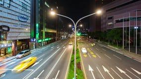 Lapso de tiempo del tráfico en el camino en la noche en Taipei, Taiwán almacen de video