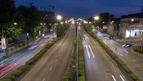 Lapso de tiempo del tráfico en la noche, enfoque hacia fuera, 4k almacen de video